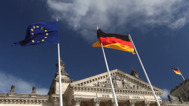 stockvideo's en b-roll-footage met flaggs - reichstag in berlin - regierung
