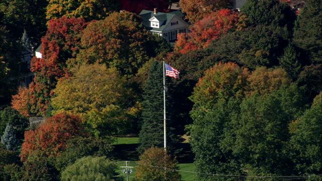 米国旗 - アメリカ合衆国マサチューセッツ州空撮 - ノーフォーク郡の旗 - 旗棒点の映像素材/bロール
