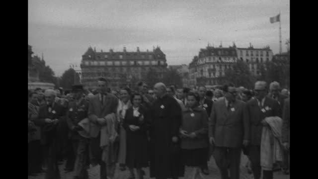 "vidéos et rushes de flags, banners, with the july column beyond / ""chantons pour la paix"" with large group of young women singing / parisians applauding / men, one with... - british military"
