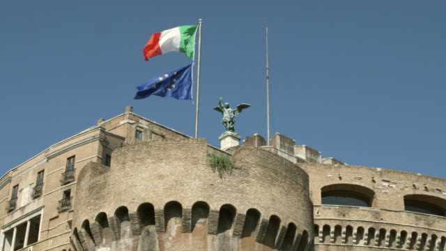 ms la flags blowing in wind on top of castel sant angelo / rome, italy - bandiera nazionale video stock e b–roll