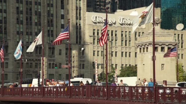 vídeos y material grabado en eventos de stock de flags fly in front of the tribune tower home to the chicago tribune in chicago il on thursday september 21 2017 photographer christopher dilts shots... - torre del chicago tribune