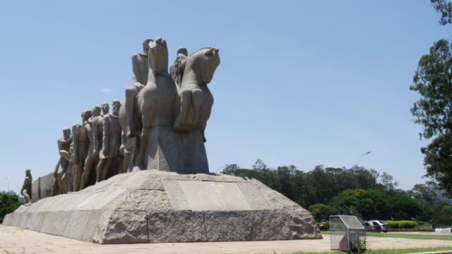 vídeos de stock, filmes e b-roll de bandeiras monument in ibirapuera park, sao paulo, brazil - monument