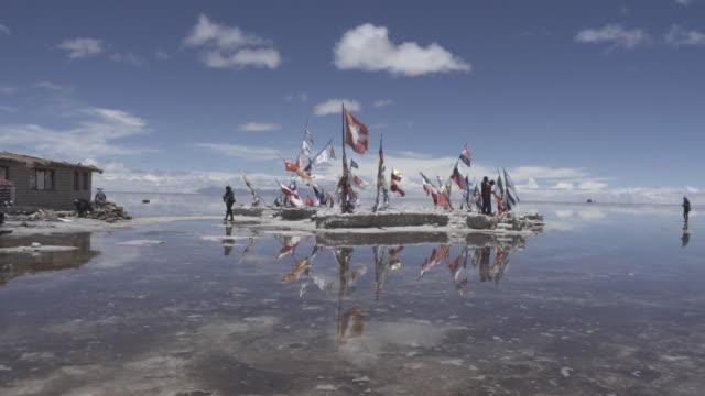 flags sculpture in uyuni - ウユニ塩湖点の映像素材/bロール