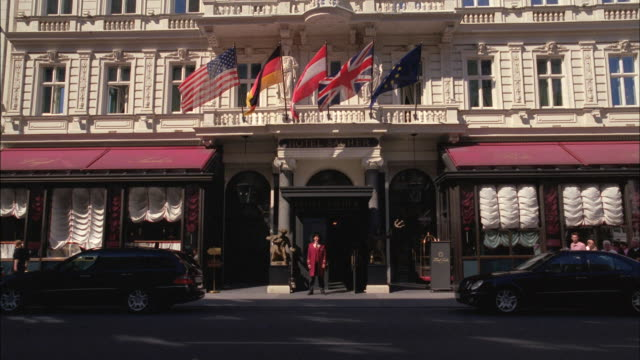 stockvideo's en b-roll-footage met flags wave in front of a building in vienna. - ingang