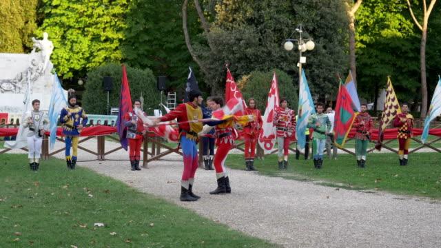 flagwavers in historical costumes during a celebration on july 28th 2017 in arezzo - wettbewerb unterhaltungsveranstaltung stock-videos und b-roll-filmmaterial