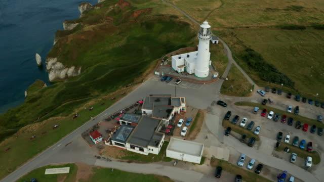 flamborough head lighthouse, flamborough, east yorkshire, england - ベンプトン点の映像素材/bロール