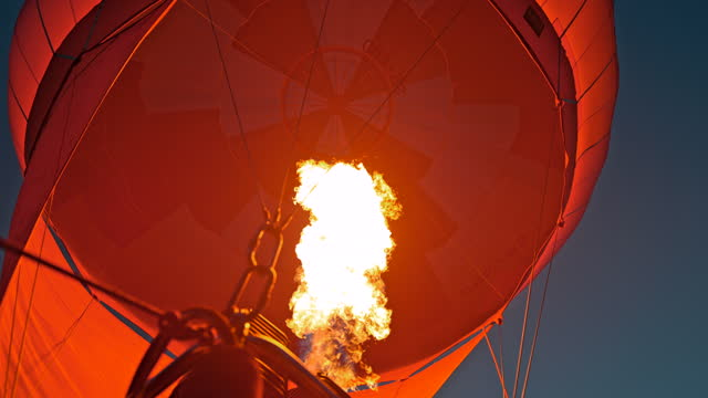 stockvideo's en b-roll-footage met super slow motion flame voegt warmte toe aan heteluchtballon - low angle view