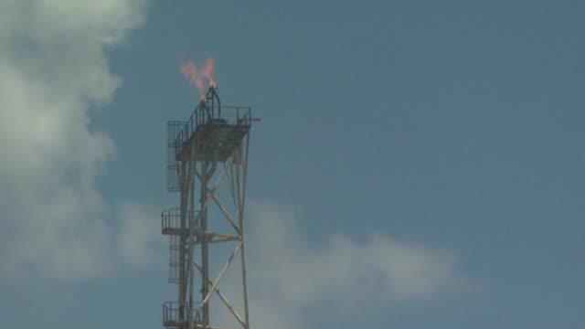 vídeos y material grabado en eventos de stock de flame boom and pilot light on oil production platform, australia - plataforma de construcción