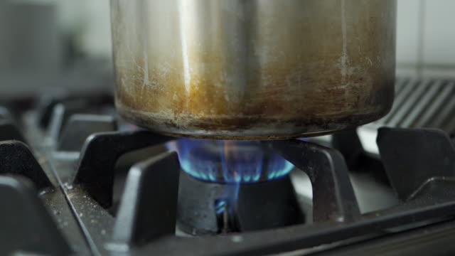 調理食品用ガスストーブ加熱フライパンからの炎 - ガスコンロ点の映像素材/bロール