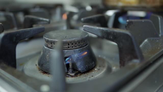 ガスストーブ加熱からの炎 - ガスコンロ点の映像素材/bロール