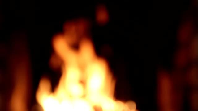stockvideo's en b-roll-footage met vlam op een donkere achtergrond. vlam in de open haard. - hoogoven