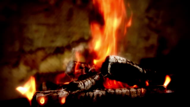 flame - lagerfeuer stock-videos und b-roll-filmmaterial