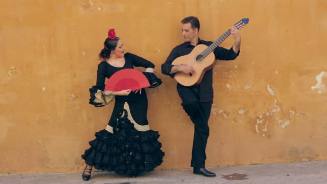 stockvideo's en b-roll-footage met flamenco dancer. spain. - muzikant