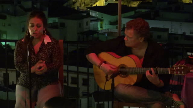 stockvideo's en b-roll-footage met flamenco singer and guitarist performs in the evening - flamencodansen