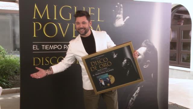 vídeos de stock e filmes b-roll de flamenco singer miguel poveda receives a gold record for his album 'el tiempo pasa volando' at gran melia palacio de los duques hotel - cultura espanhola