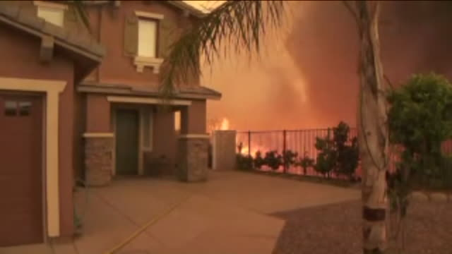 flames appeared to threaten a number of homes in a lake elsinore neighborhood thursday afternoon as the nearly 10,000-acre holy fire continued to... - evakuierung stock-videos und b-roll-filmmaterial