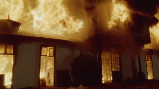 vidéos et rushes de flames consume a stable. - brasier