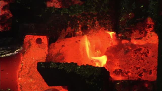 vídeos de stock, filmes e b-roll de cu flames form above liquid gold during smelting process, kalgoorlie, western australia, australia - equipamento elétrico equipamento industrial