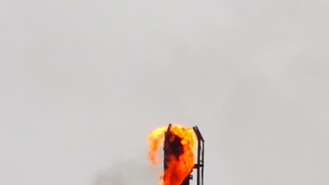 vidéos et rushes de flammes de la raffinerie de pétrole - industrie du pétrole