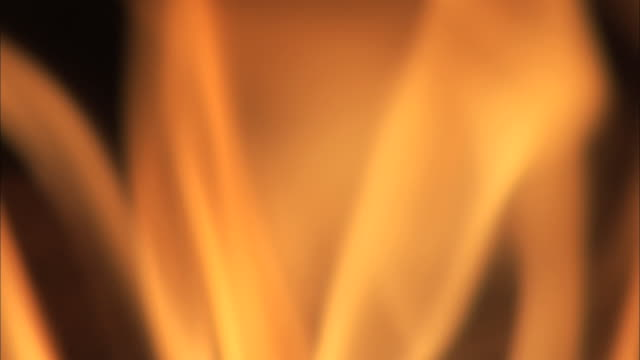 bcu flames in an indoor fireplace - dissolvenza in chiusura video stock e b–roll