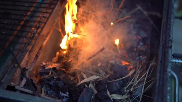vidéos et rushes de flames on a barbecue grill - vie sociale