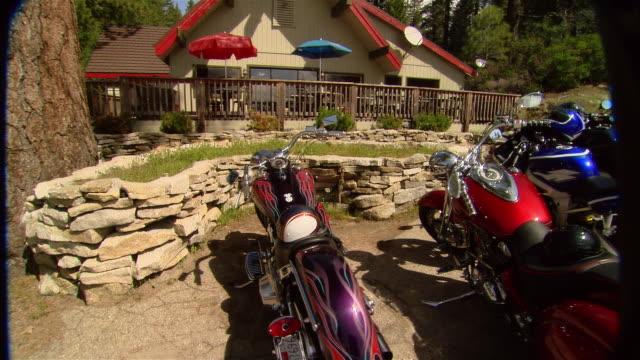 stockvideo's en b-roll-footage met cu flames painted on motorcycle/ zo ms pan motorcycles parked in front of restaurant/ fresno county, california - vijf dingen
