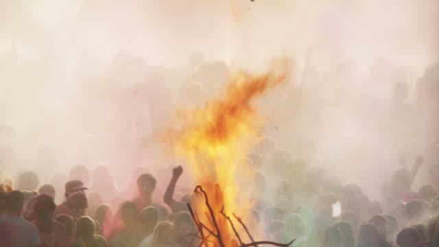 flames shooting into the air from a pyre at a hindu festival - vedbrasa bildbanksvideor och videomaterial från bakom kulisserna