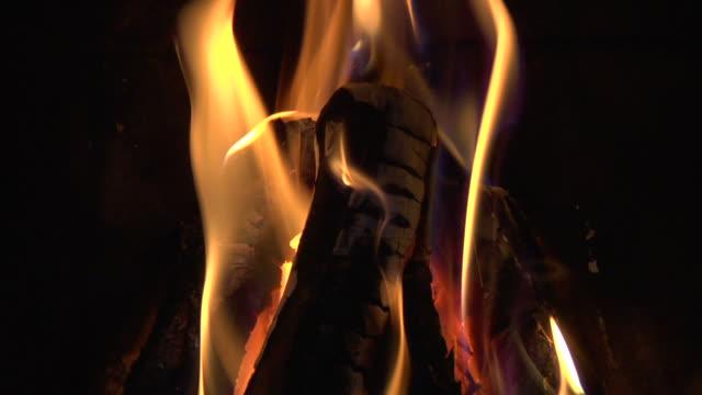 vídeos de stock e filmes b-roll de chamas - madeira material
