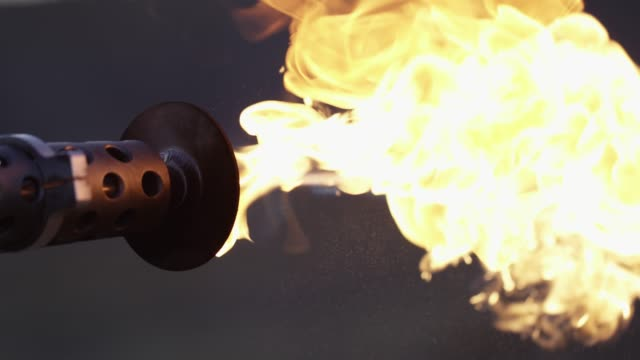 vídeos de stock e filmes b-roll de a flamethrower shoots fire - arremessar