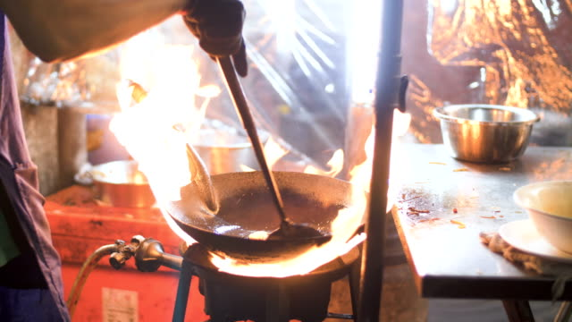 flaming beef in skillet - grigliare video stock e b–roll