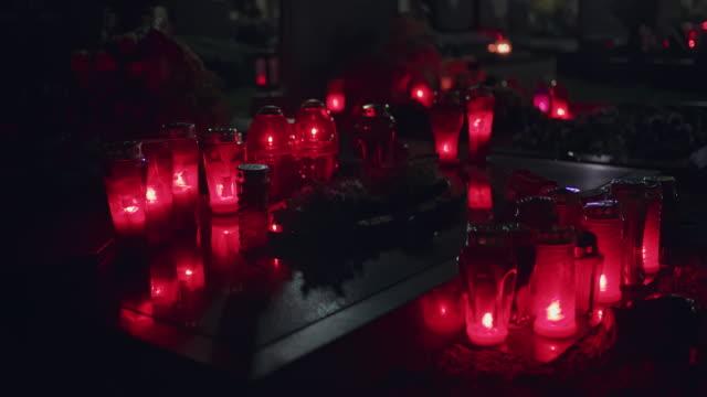 vidéos et rushes de bougies flamboyantes de ds sur le cimetière - bougie
