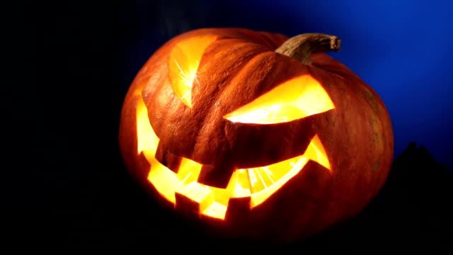 flaming halloween kürbis - begriffssymbol stock-videos und b-roll-filmmaterial