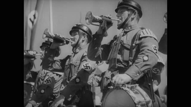 stockvideo's en b-roll-footage met flanked by heinrich himmler and viktor lutze, adolf hitler walks to the front of the 1937 nuremberg rally - nazism