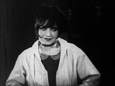 flapper in beret talking / feature - anno 1925 video stock e b–roll