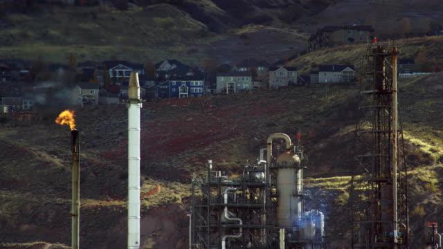 フレア スタックから石油とご近所や家の横にあるガス精製装置 - 燃焼煙突点の映像素材/bロール