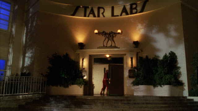 vídeos y material grabado en eventos de stock de ms flash character running into 'star labs' and then outing away from building - héroes