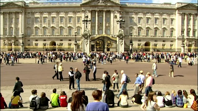 Flash mob dancers outside Buckingham Palace ENGLAND London Buckingham Palace EXT General view of Buckingham Palace with crowds of tourists milling...