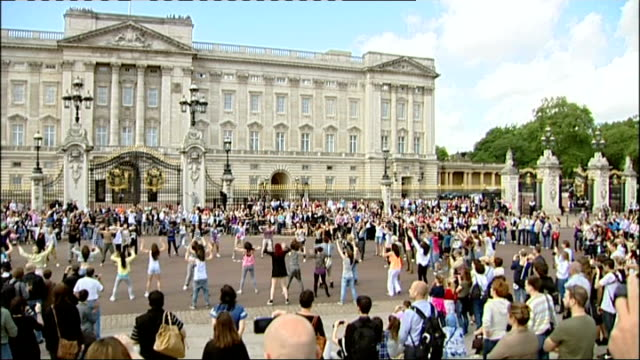flash mob dancers outside buckingham palace various shots of flash mob dancers performing outside buckingham palace with musical accompaniment heard... - flash mob stock videos and b-roll footage