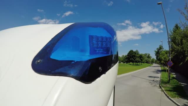 ld blinkende blaue lichter eines krankenwagens auf eine fahrt mit dem notfall - blaulicht stock-videos und b-roll-filmmaterial