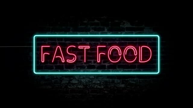 blinkende leuchtreklame fastfood - ziegelmauer stock-videos und b-roll-filmmaterial