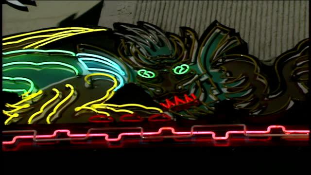 flashing neon light dragon sign in los angeles california - filmpremiere stock-videos und b-roll-filmmaterial