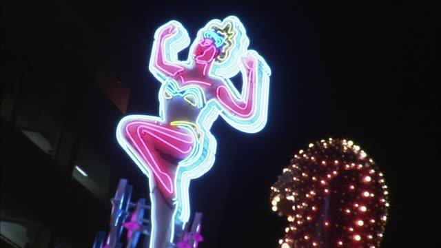 vídeos y material grabado en eventos de stock de la cu pan flashing neon sign, las vegas, nevada, usa - figura femenina