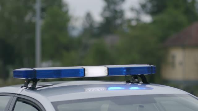 vidéos et rushes de feux clignotants de voiture de police à la rue - crimes et délits