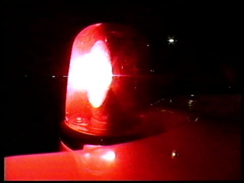 vidéos et rushes de bcu flashing red light on roof of vehicle, as it drives at night - danger