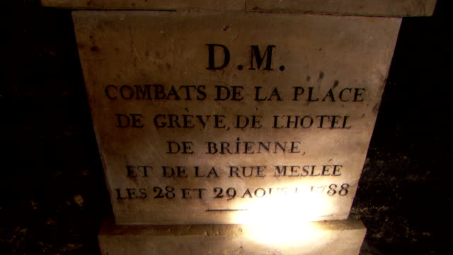 a flashlight illuminates a stone marker for the dead buried in the catacombs from the riots in place de greve, la rue meslee and de l'hotel de brienne. - grabstein stock-videos und b-roll-filmmaterial