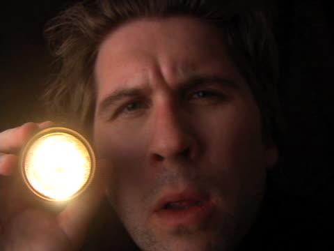 vidéos et rushes de lampe de poche homme - lampe torche