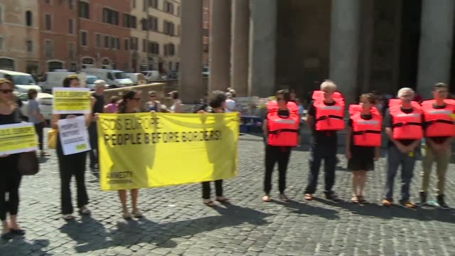 vídeos y material grabado en eventos de stock de a flashmob organised by amnesty international gathered in front of the pantheon in rome on thursday to call on europe to do more to help refugees... - petición