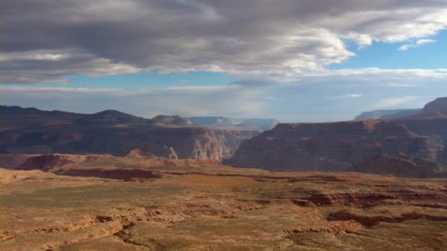 vídeos de stock, filmes e b-roll de a flat mesa of the grand canyon overlooks whitmore canyon. - mesa formação rochosa