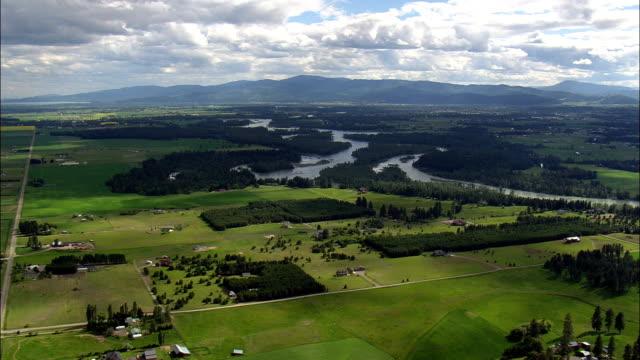 stockvideo's en b-roll-footage met flathead rivier naar kalispell - luchtfoto - montana, flathead county, verenigde staten - montana westelijke verenigde staten