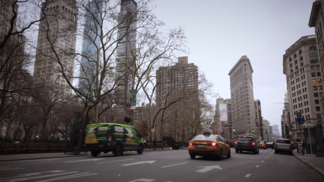 flatiron building new york wide shot - international landmark stock videos & royalty-free footage